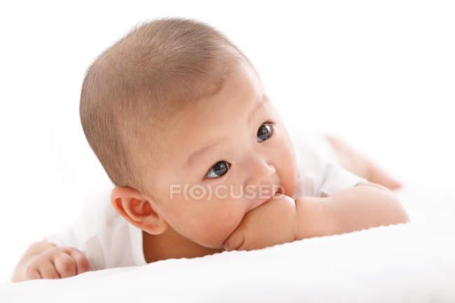 Восхитительный китайский мальчик, лежащий на кровати — стоковое фото