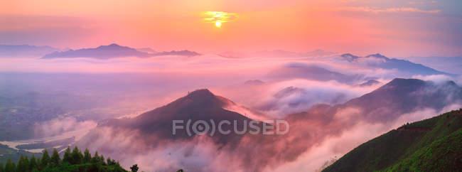 Vista aérea da paisagem bonita da montanha em Guangxi, China — Fotografia de Stock