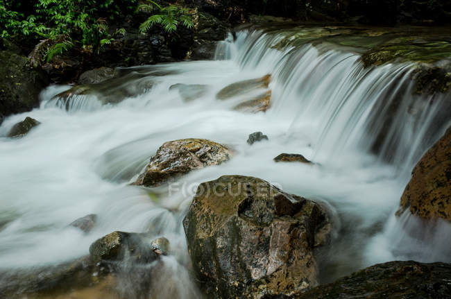 Красивый водопад в долине, Бикон Хилл, Город Циньюань, провинция Гуандун, Китай — стоковое фото