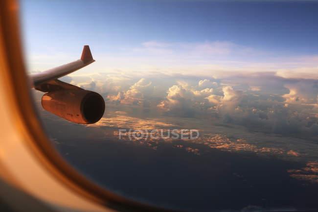 Céu azul visto através da janela do avião — Fotografia de Stock
