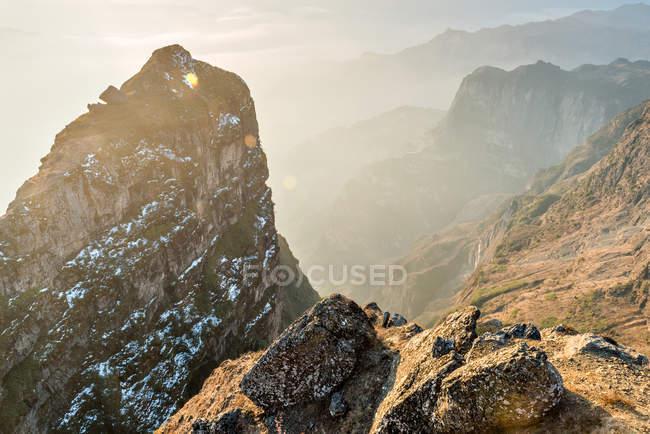 Increíble paisaje de montaña con paisaje de garganta de Yunnan, China - foto de stock