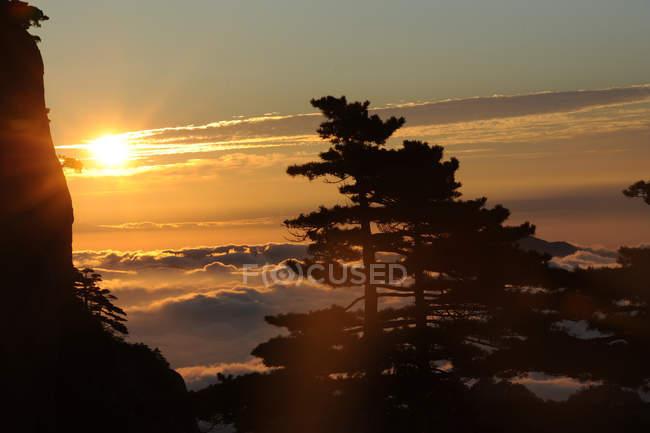 Удивительный пейзаж с живописной горой Хуаншань, провинция Аньхой, Китай — стоковое фото