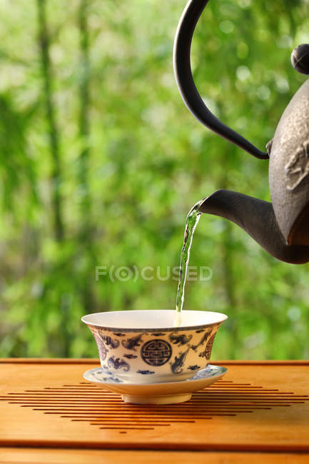 Close-up view of pouring tea from teapot, China tea culture concept — Stock Photo