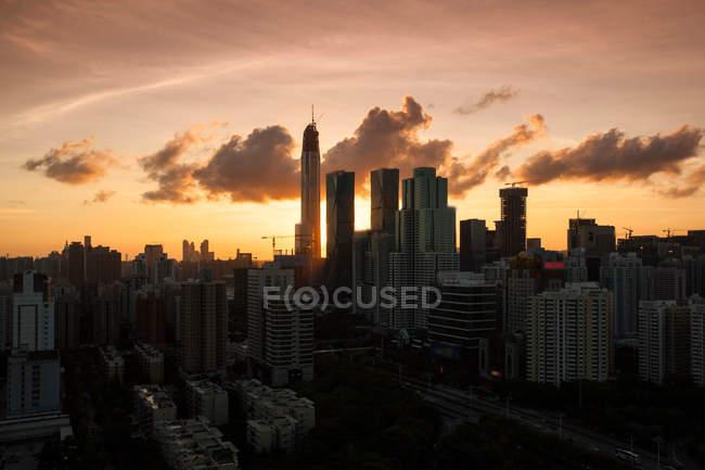 Vista aérea de los edificios de la ciudad de Shenzhen al atardecer. - foto de stock