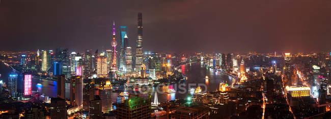 Vista aérea de la arquitectura urbana de Shanghai por la noche, China - foto de stock