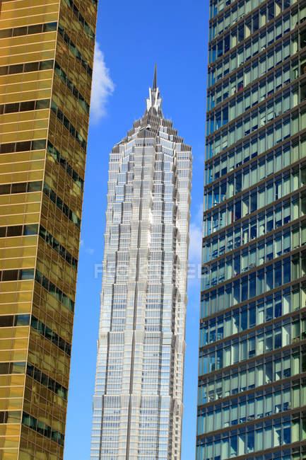 Increíble paisaje urbano con rascacielos modernos en Shanghai, China - foto de stock