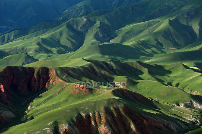 Вид с воздуха красивых зеленых пейзажей плато провинции Цинхай, Китай — стоковое фото