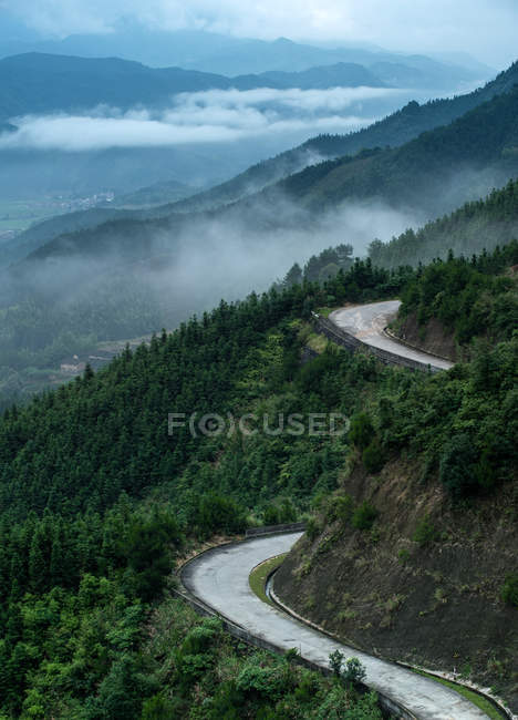 Вид з повітря County Road і гори покриті зеленої рослинності в провінції Гуандун, місто Цин'юань, Ляншань — стокове фото