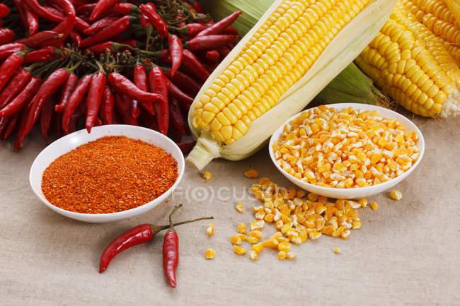 Крупным планом вид красного острого перца чили и кукурузы — стоковое фото