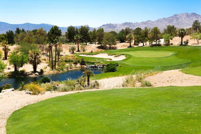 Toller grüner Rasen am Golfplatz bei sonnigem Tag — Stockfoto
