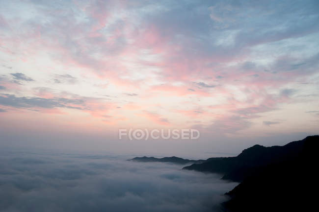 Aerial view of scenic mountains in clouds at sunrise, Henan Province, Xinxiang — Stock Photo