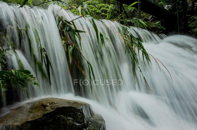 Красивий водоспад у долині, маяк Хілл, місто Цин'юань, провінція Гуандун, Китай — стокове фото