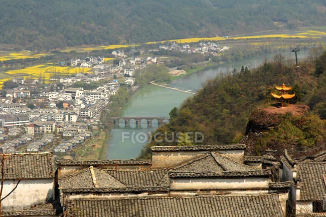 Повітряний вид Аньхой Кіюньшань краєвид, місто та річка вдень. — стокове фото