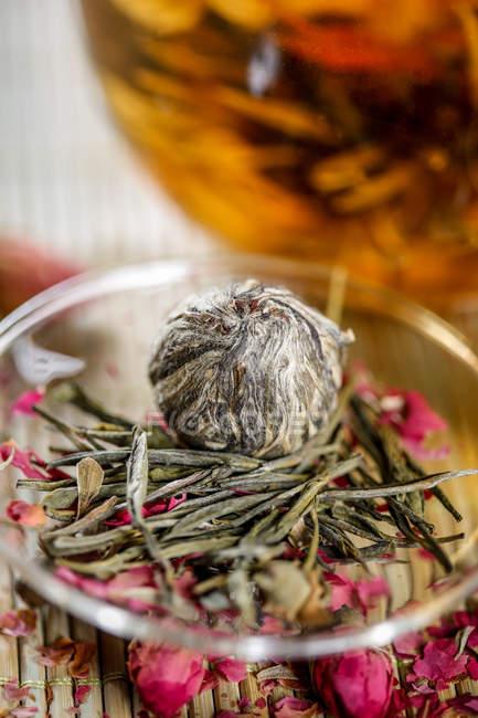 Vue rapprochée d'une tisane bio saine sur la table — Photo de stock