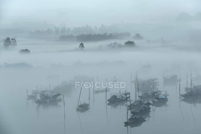 Місто Цінюань, провінція Гуандун, з високим кутом зору рибальського села в тумані. — стокове фото
