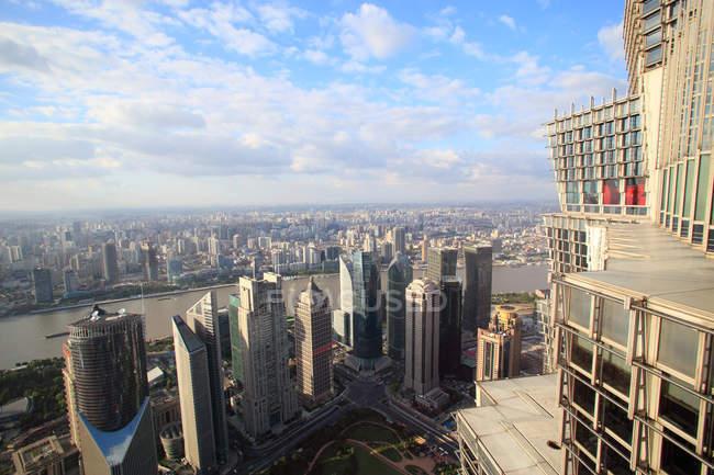 Vista aérea da paisagem urbana incrível com arranha-céus modernos em Xangai, China — Fotografia de Stock