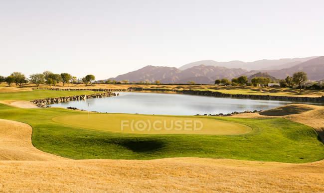 Grüner Rasen in der Nähe des Sees am Golfplatz, Monterey, USA — Stockfoto
