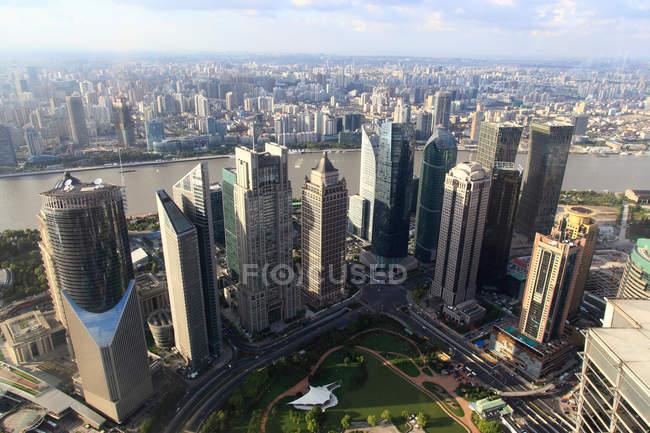Vista aérea de increíble paisaje urbano con rascacielos modernos en Shanghai, China - foto de stock