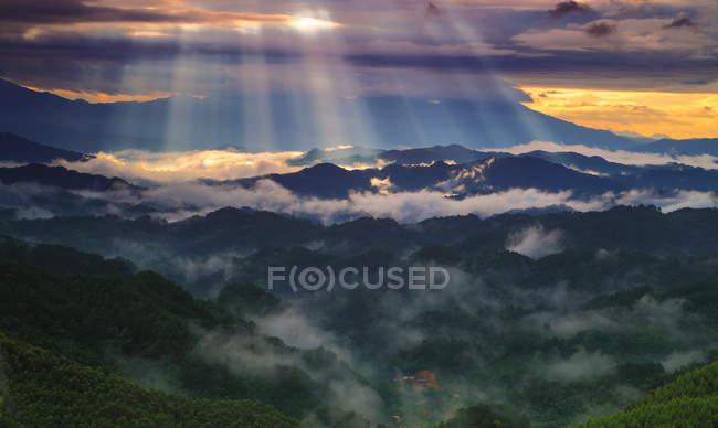 Вид с воздуха на удивительные горы, покрытые зеленью, в Дали, Юньнань, Китай — стоковое фото