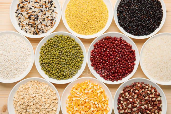 Draufsicht auf verschiedene Getreidesorten auf den Tellern — Stockfoto