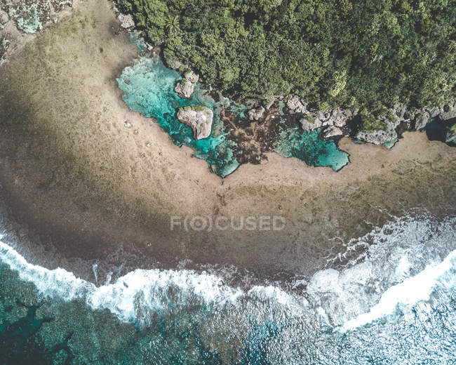 Aerial photography of waves crashing on shore during daytime - foto de stock