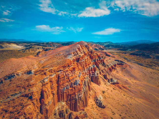 Aerial photography of mountain cliff under clear sky during daytime — Foto stock