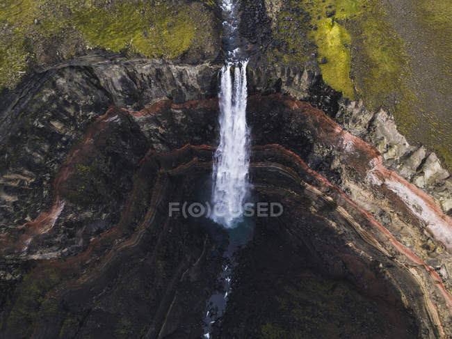 Aerial view of amazing waterfall and green moss on rocky mountain — Photo de stock