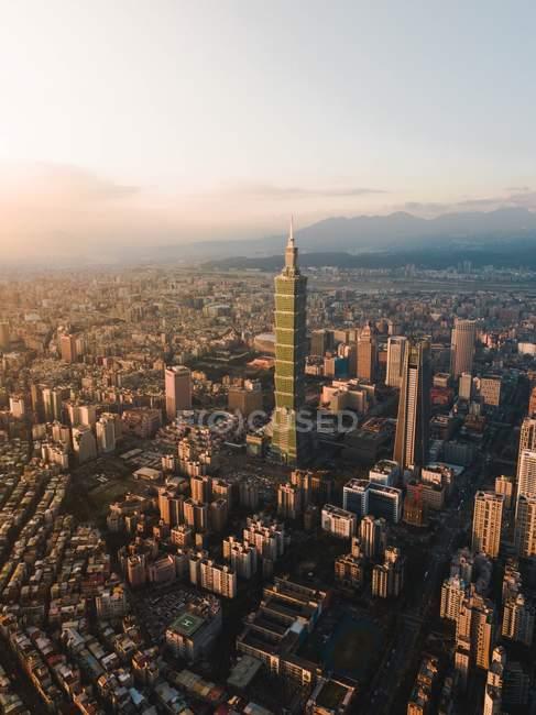Fotografia de vista aérea de edifícios modernos da cidade durante o dia — Fotografia de Stock