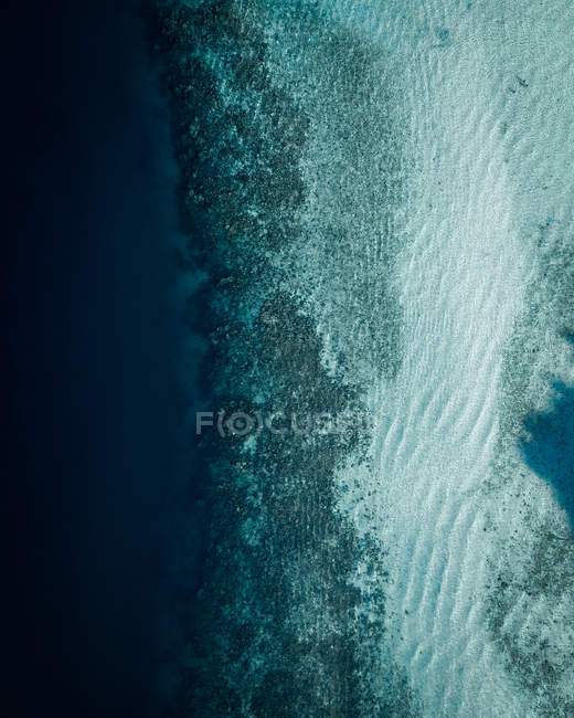 Aerial view photography of amazing blue body of water with waves — Fotografia de Stock