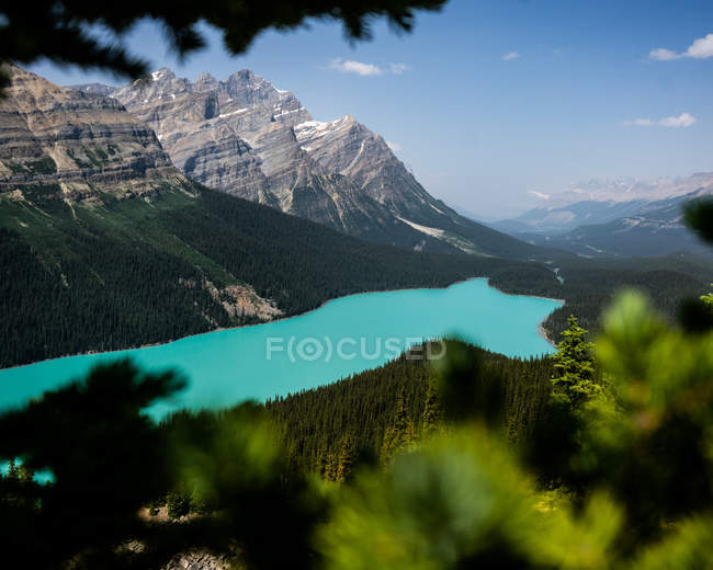Selective focus of rocky mountains with green vegetation and majestic turquoise lake — Stock Photo