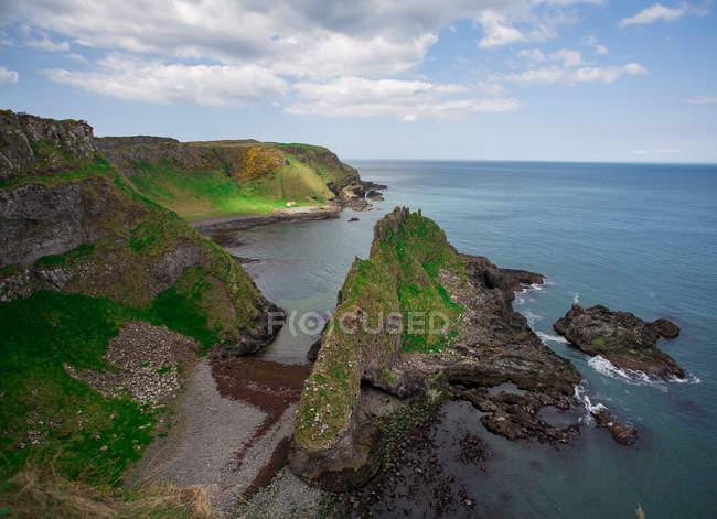 Vista aérea do console, dos penhascos e do seascape bonitos durante o dia — Fotografia de Stock