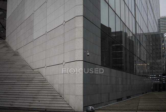 Dettaglio di edificio moderno grigio con finestre in vetro, scale e strada — Foto stock