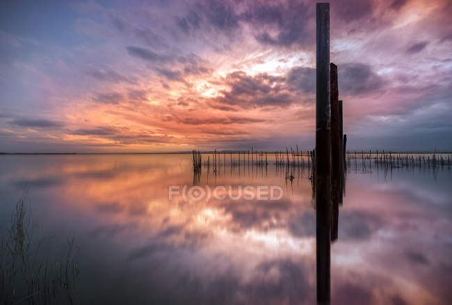 Scenic view of calm body of water during sunset — Photo de stock