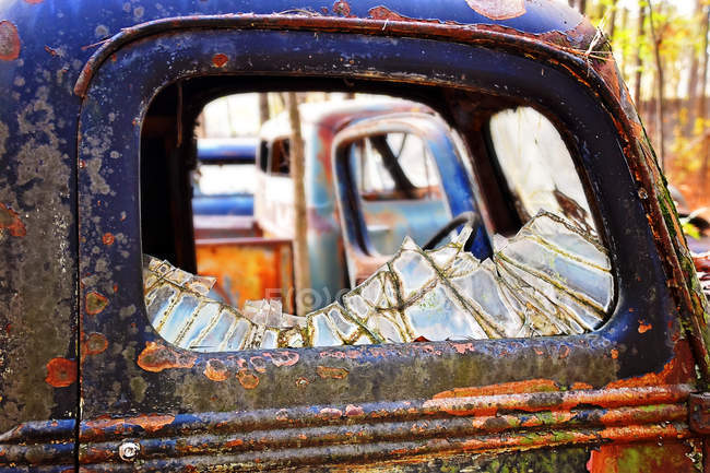 Close-up view of old rusted car with broken window — Stock Photo