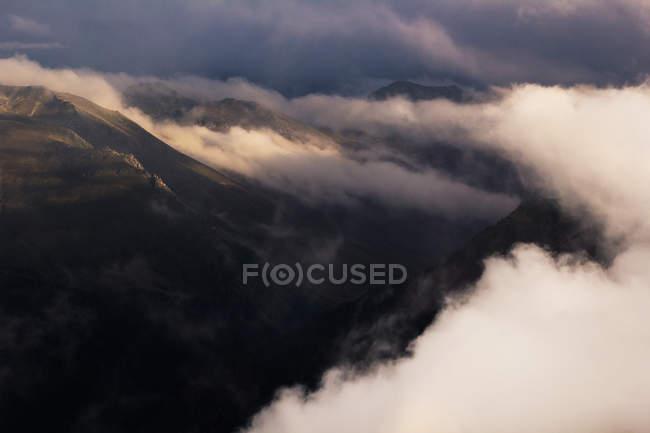 Vue scénique des nuages au-dessus de belles montagnes — Photo de stock
