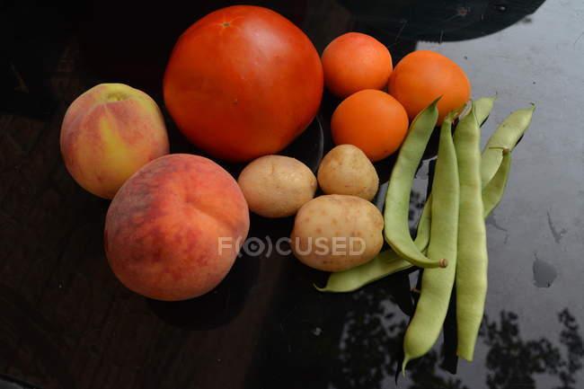 Primo piano di verdure fresche mature e frutta — Foto stock