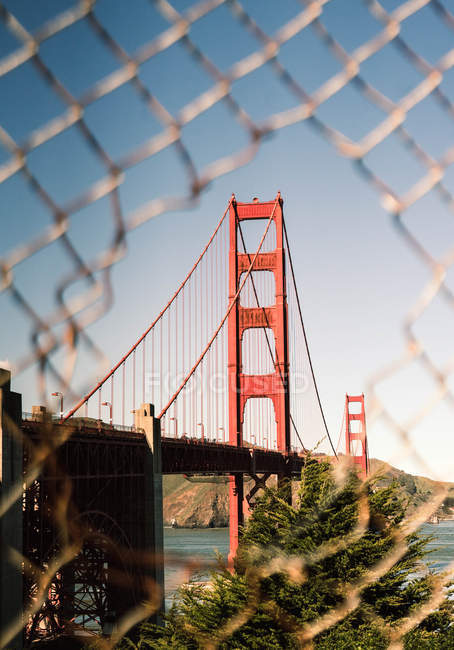 Blick durch Zaun an der Golden Gate Bridge, San Francisco, Kalifornien — Stockfoto