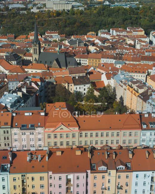 Vista aerea della bellissima città con tetti nel centro storico di Praga — Foto stock