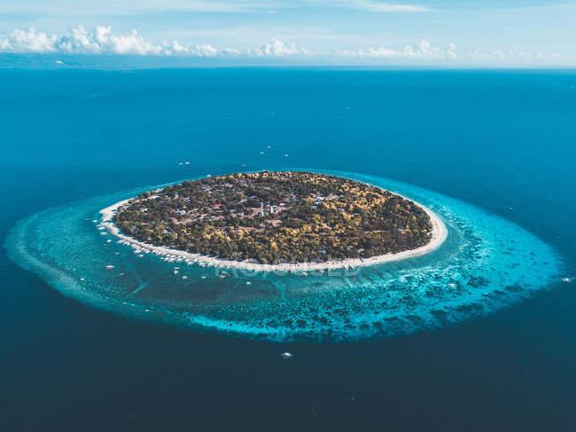 Vue aérienne du bel islet entouré par la mer turquoise — Photo de stock