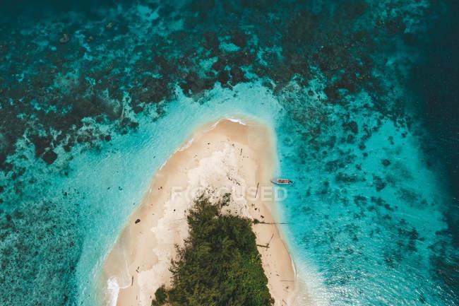Vue aérienne de l'île étonnante entourée par la mer turquoise — Photo de stock