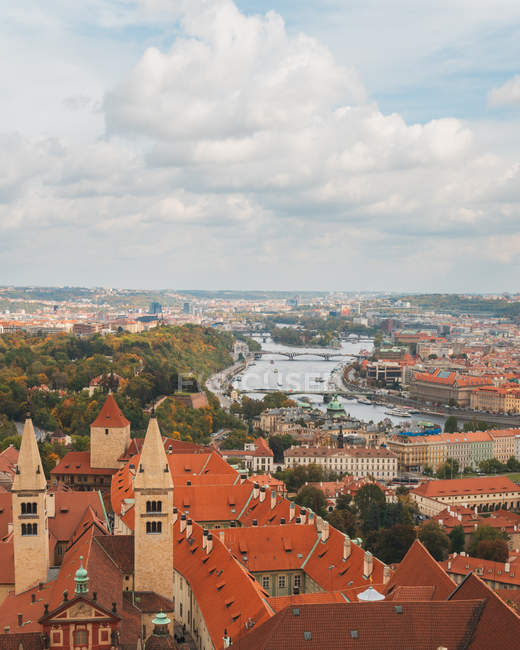 Vista aérea da arquitectura da cidade surpreendente com telhados e pontes acima do rio durante o dia — Fotografia de Stock