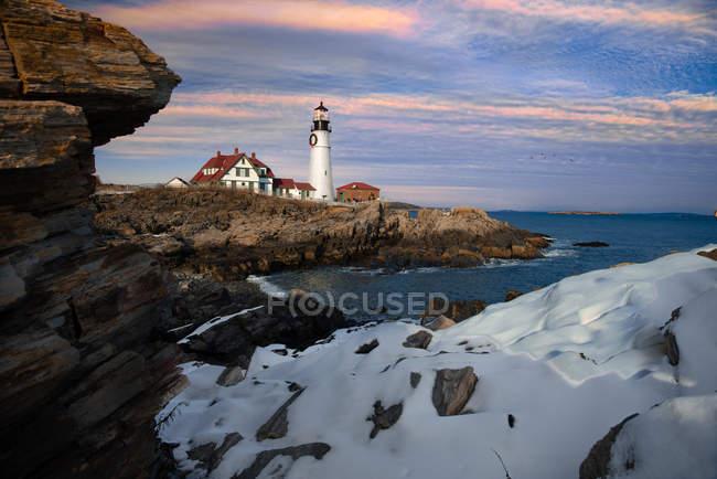 Vue étonnante de phare sur la côte rocheuse rocheuse scénique — Photo de stock