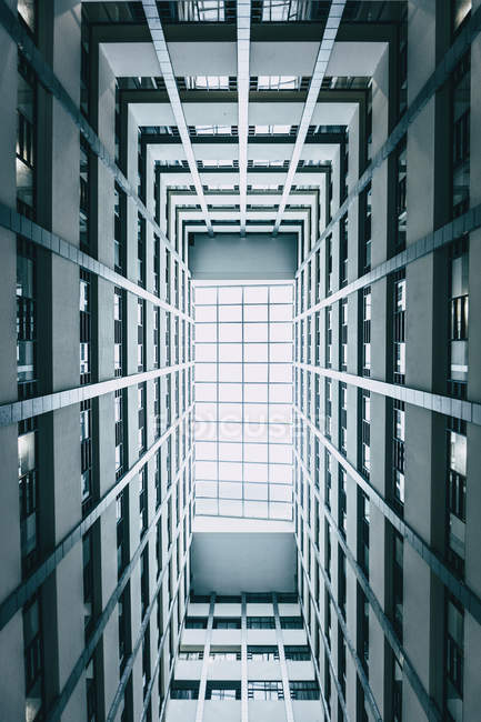Low angle photo of high-rise grey modern building — Stock Photo