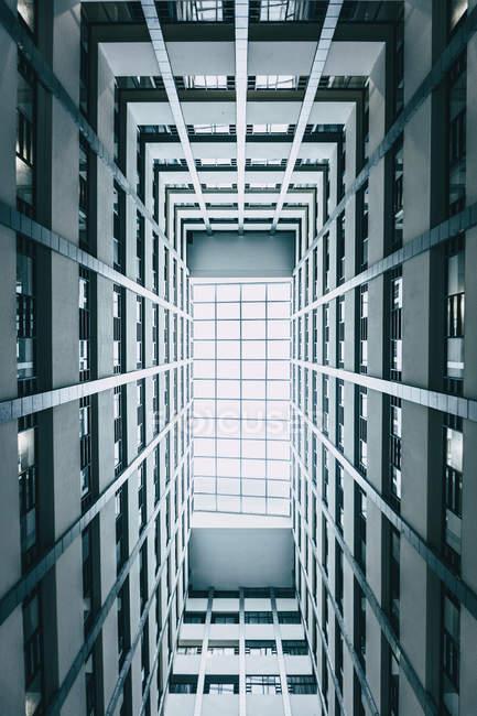 Низька кутова фотографія високовуглецевої сучасної будівлі — стокове фото