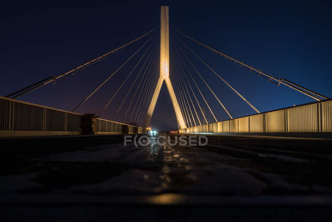 Low angle view of illuminated cable bridge at night time — Foto stock