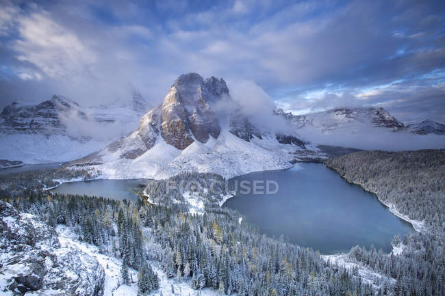 Aerial view of majestic snow-covered mountains, forest and scenic lakes - foto de stock