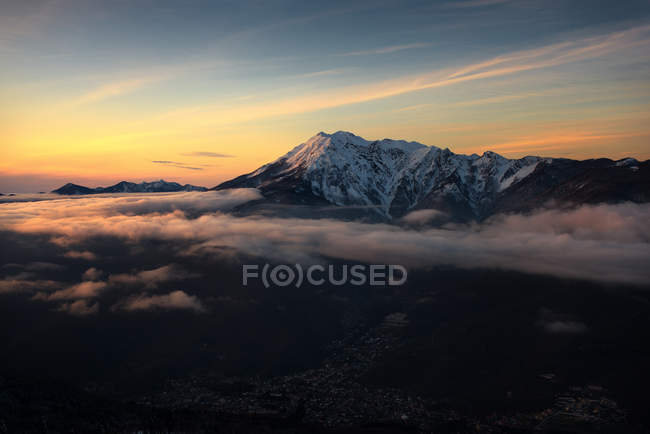 Aerial view of majestic mountain with clouds at sunrise — Photo de stock