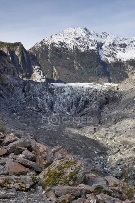 Bellissimo paesaggio con montagne rocciose panoramiche coperte di neve — Foto stock