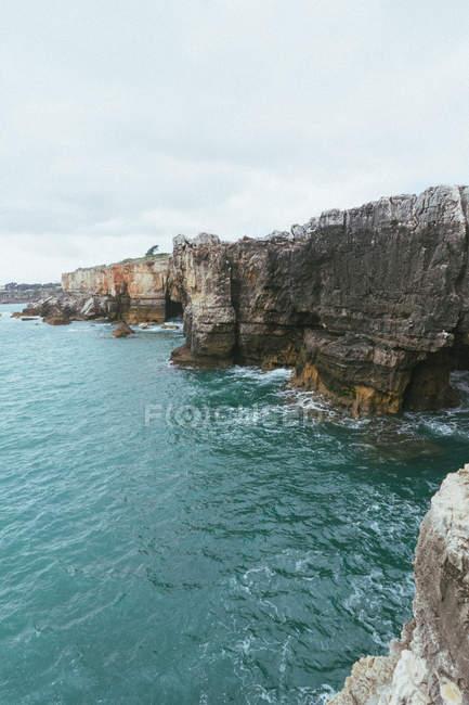 Мальовничі Скелясті гори біля красивого синього моря — стокове фото