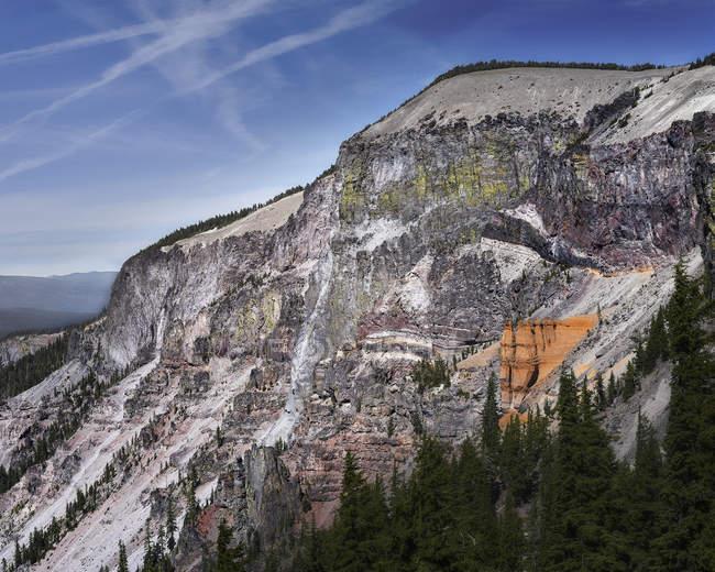 Amazing landscape with orange edge on rocky mountain peak — Photo de stock